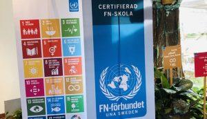 Skyltar i skolans entré som visar de globala målen och att vi är en certifierad FN-skola.