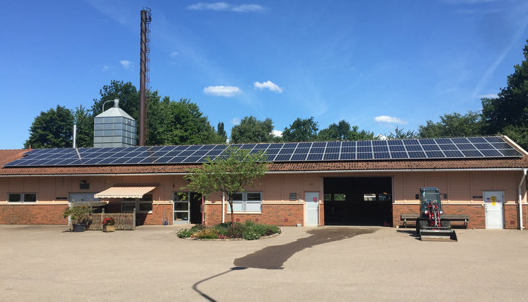 Solceller på taket till en maskinhall.