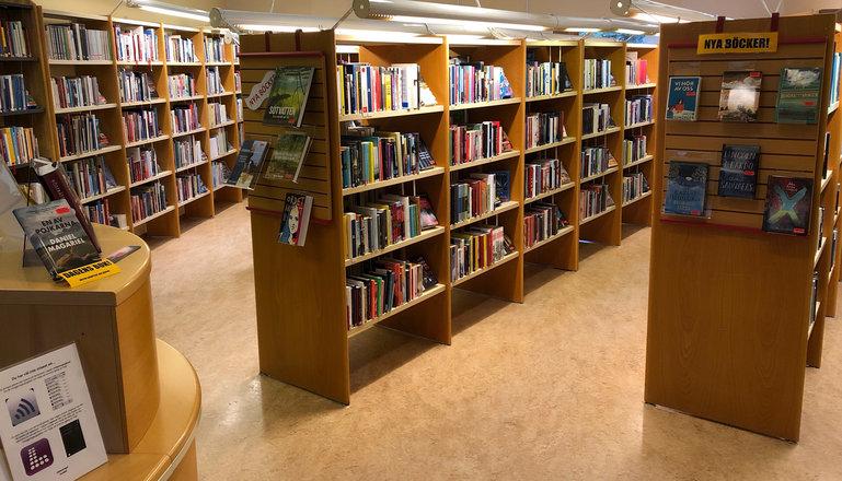 Bokhyllor i biblioteket.