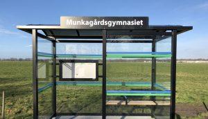 Busskur med texten Munkagårdsgymnasiet.
