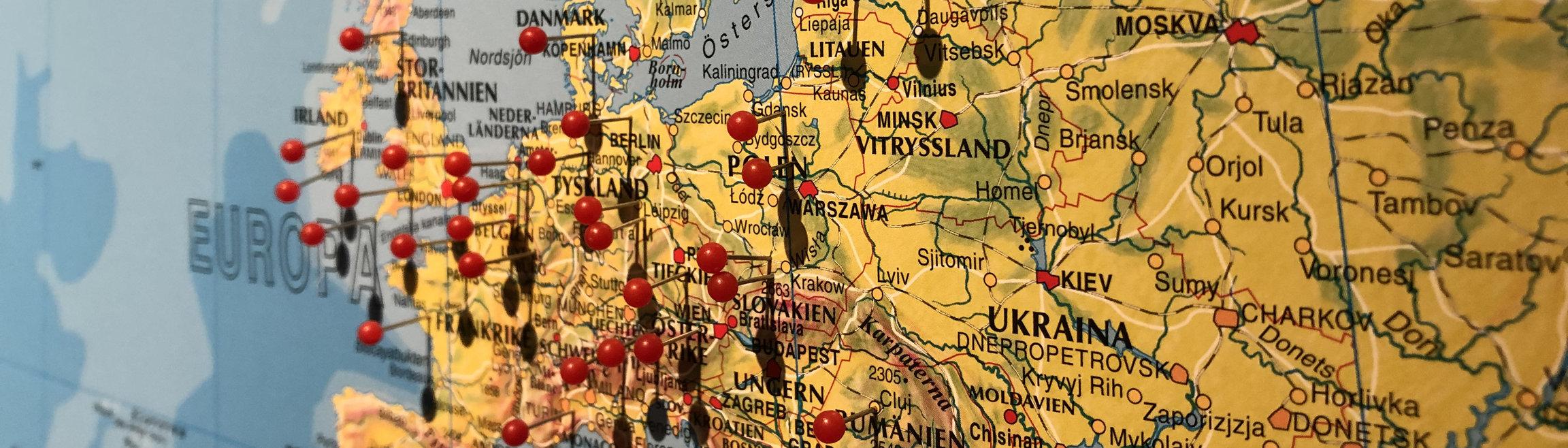 En karta över Mellaneuropa med röda knappnålar.
