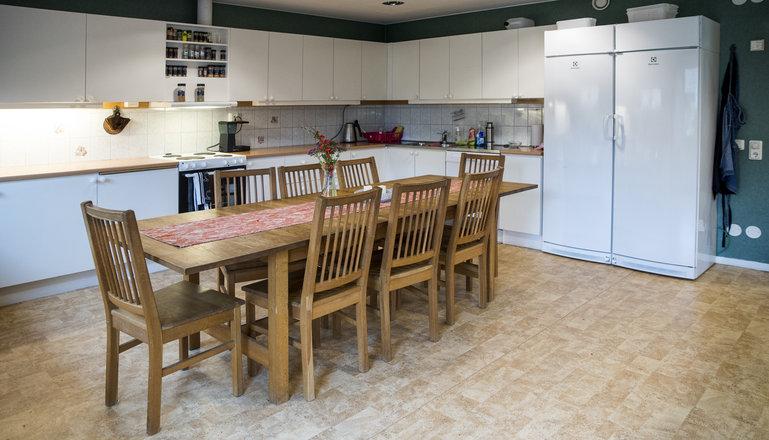 Ett kök med matplats på internatet.