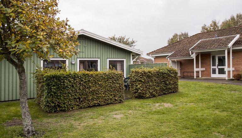 Ett grönt trähus på Munkagårds elevboende.
