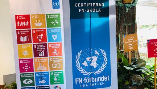 Vepor med info om FN-skola och de globala målen.
