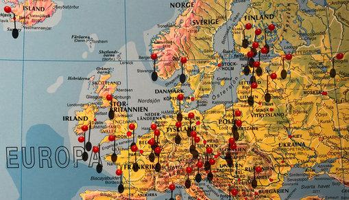 En karta över Europa med röda knappnålar.