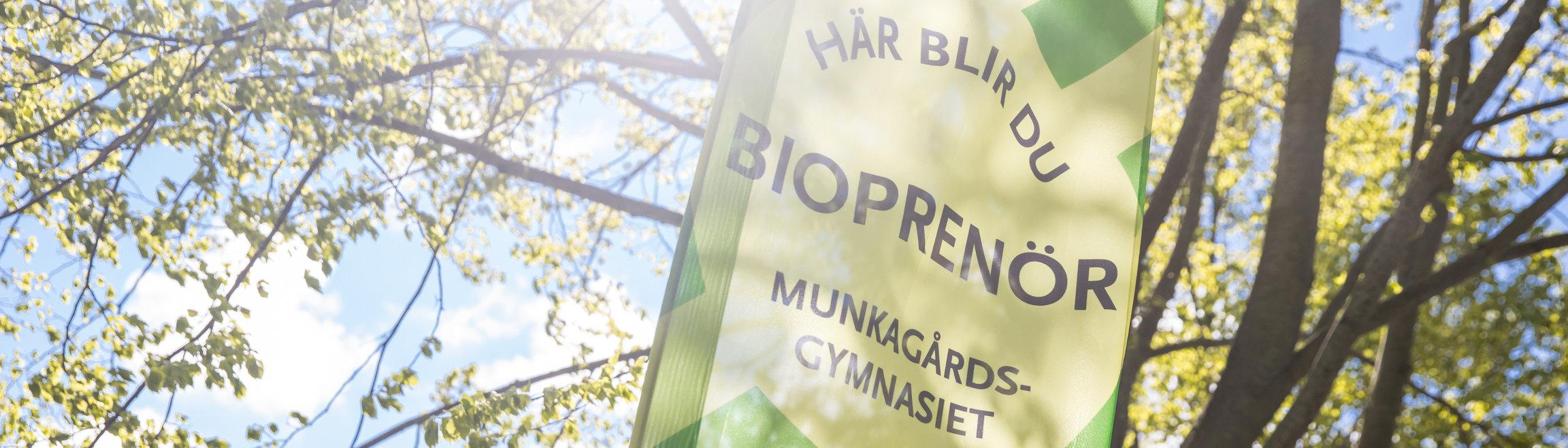 En grön beachflagga med texten här blir du bioprenör.