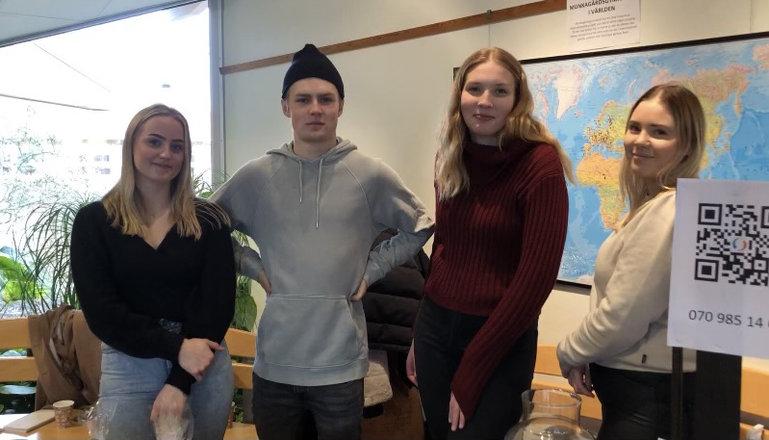 Fyra elever på rad i skolmiljö.